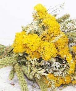 Bouquet de fleurs séchées naturelles pour un effet champêtre réussi.