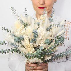 Délicat bouquet de fleurs séchées ivoire à base de feuilles d'eucalyptus, spécial mariage
