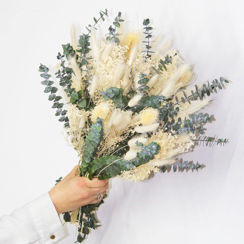 Généreux bouquet de fleurs séchées ivoire et blanc à base de feuille d'eucalyptsus spécial mariage
