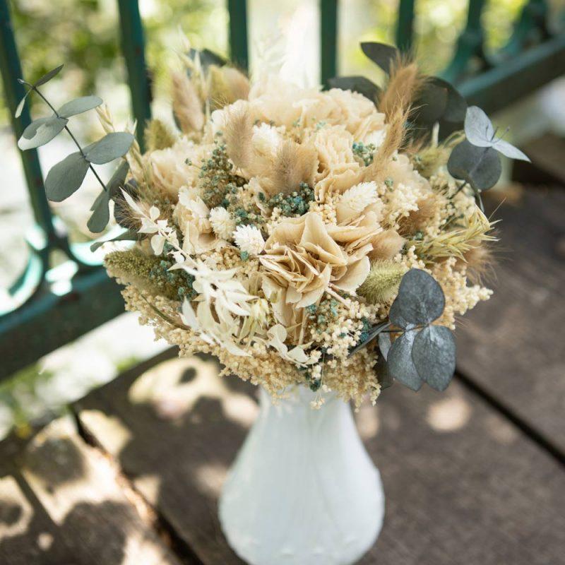 Bouquet de fleurs séchées à base d'hortensia crème