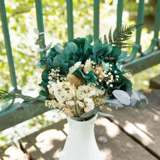 Bouquet de fleurs séchées et vase blanc