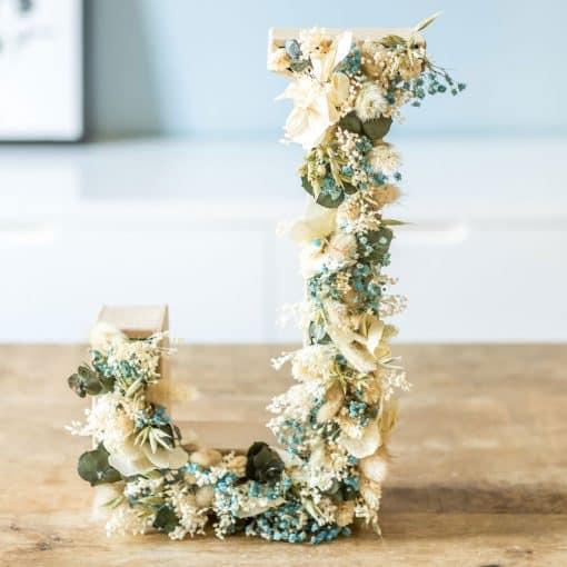 lettre initiale en fleurs séchées