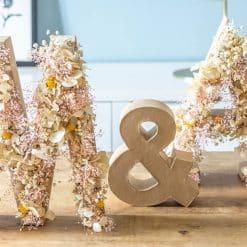 initiales en fleurs séchées pour mariage