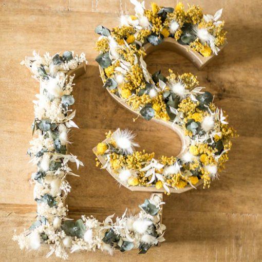 initiales en fleurs séchées